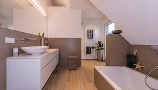 Modernes Badezimmer mit Badewanne und bodentiefer Dusche ...
