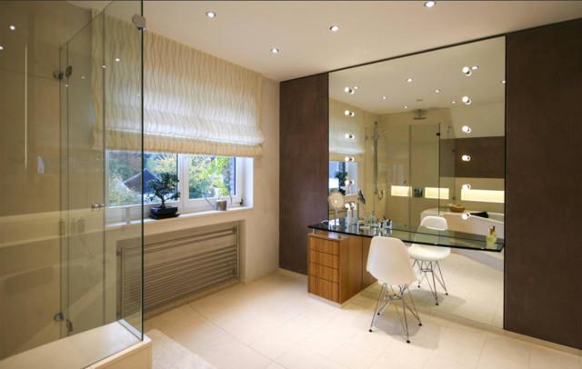 Modernes badezimmer mit gro em spiegel - Schminktisch dekorieren ...