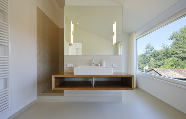 Neubau eines ferienhauses mit holzfassade und hellem lichtband am meer minimalistisch Badezimmer dekoration meer