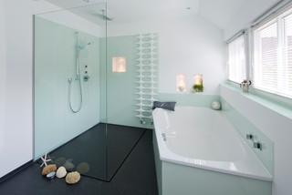 Offene fugenlose dusche im frischen maritimen design maritim badezimmer hamburg von baqua - Badezimmer maritim ...