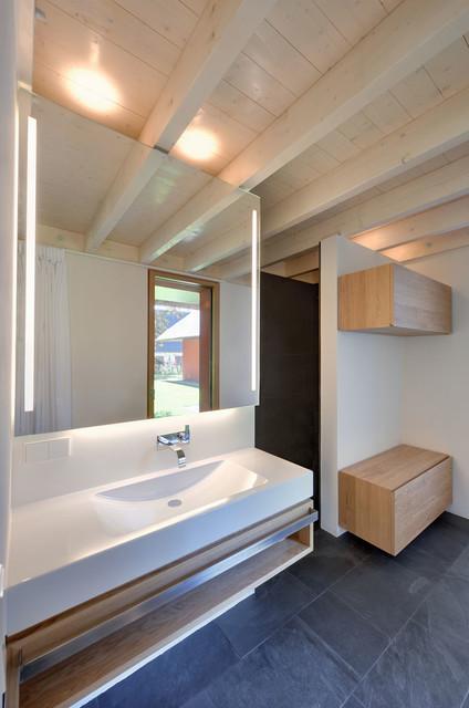 offenes und gro z giges hofhaus mit kastanienbaum modern badezimmer berlin von m hring. Black Bedroom Furniture Sets. Home Design Ideas