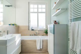Salle de bain avec des portes de placard turquoises et un ...