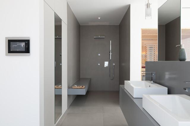 referenz wohnhaus familie l moderno stanza da bagno norimberga di hommel k chen und. Black Bedroom Furniture Sets. Home Design Ideas