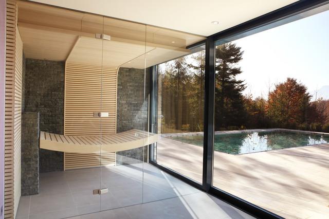 Großes Modernes Badezimmer mit Steinfliesen und Sauna in Sonstige