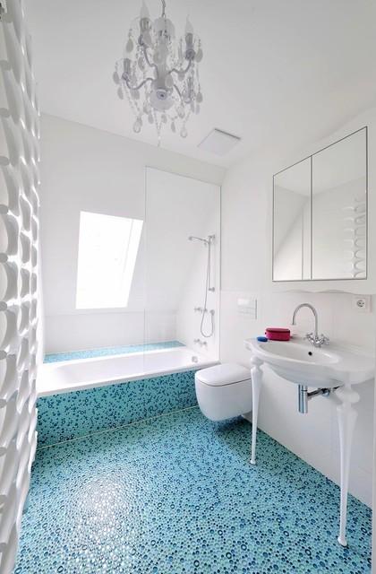 Türkises Badezimmer mit Kronleuchter - Eklektisch ...