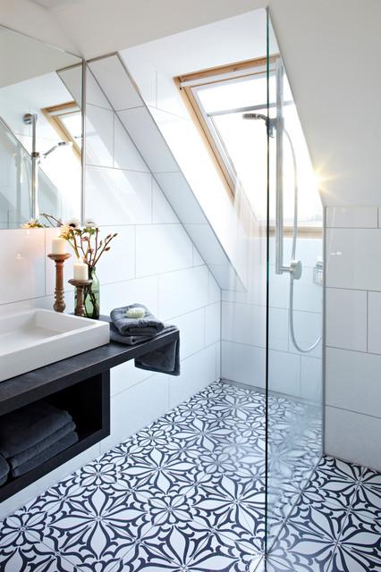 Idée de décoration pour une petite salle de bain design avec un placard sans porte, un carrelage blanc, des carreaux de céramique, un sol en carrelage de céramique, une vasque, une douche à l'italienne, un mur blanc, un plan de toilette en bois et un plan de toilette noir.
