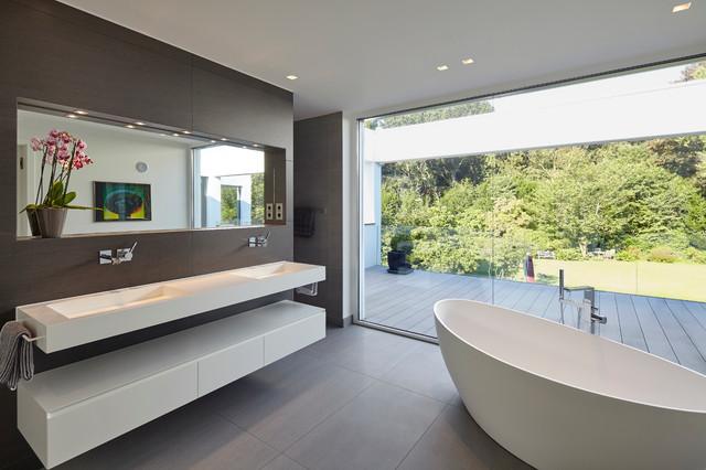 villa in dormagen minimalistisch badezimmer d sseldorf von falke architekten. Black Bedroom Furniture Sets. Home Design Ideas