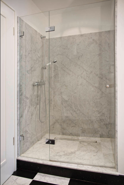 Warme Bad-Optik schwarz-weiße Fliesen - Modern - Badezimmer ...