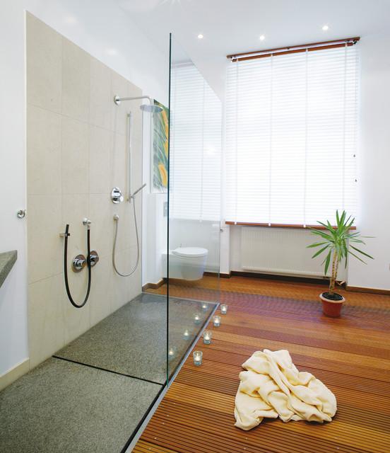 Holzboden Für Bad wellnessbad mit schöner dusche und holzboden - minimalistisch