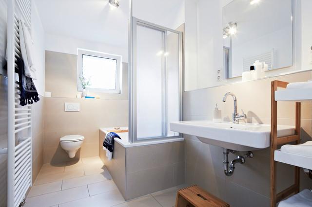 Vasca Da Bagno Piccola Con Porta : Wohnung leer contemporaneo stanza da bagno norimberga di