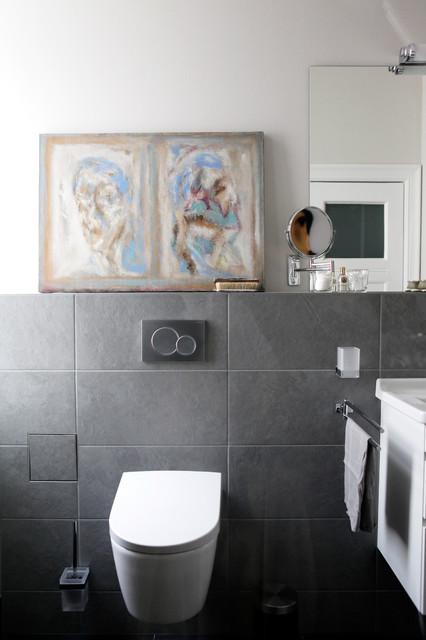 Неиссякаемый источник вдохновения для домашнего уюта: ванная комната среднего размера с душем без бортиков, серой плиткой, каменной плиткой, серыми стенами, душевой кабиной, серым полом и душем с распашными дверями