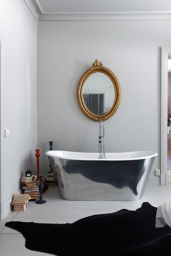Immagine di una stanza da bagno padronale di medie dimensioni con vasca freestanding, pareti grigie e pavimento in legno verniciato