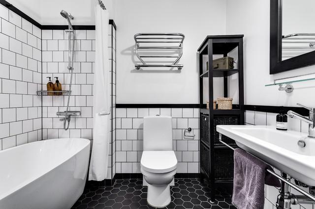 Immagine di una stanza da bagno con doccia nordica di medie dimensioni con vasca/doccia, piastrelle nere, pareti bianche, pavimento in gres porcellanato, lavabo rettangolare, nessun'anta, ante nere, vasca freestanding, WC monopezzo e doccia con tenda