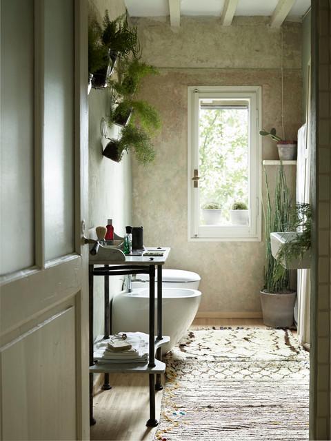 Immagine di un piccolo bagno di servizio country con pareti verdi, parquet chiaro, WC sospeso, lavabo sospeso e pavimento beige