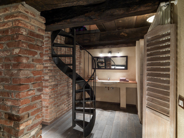 Ristrutturazione di antica cascina in campagna bagno for Case in stile sci lodge