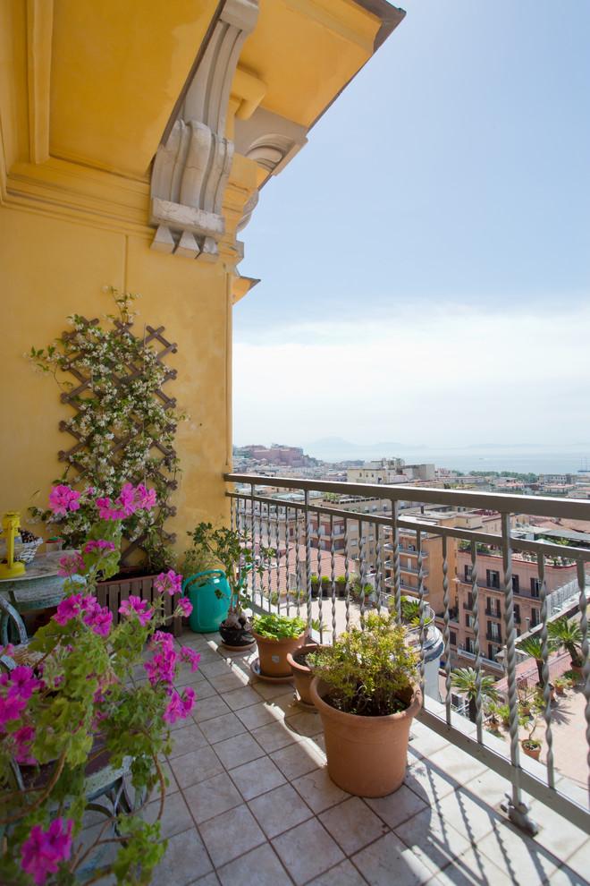 Idee per terrazze e balconi mediterranei di medie dimensioni con un tetto a sbalzo e parapetto in metallo