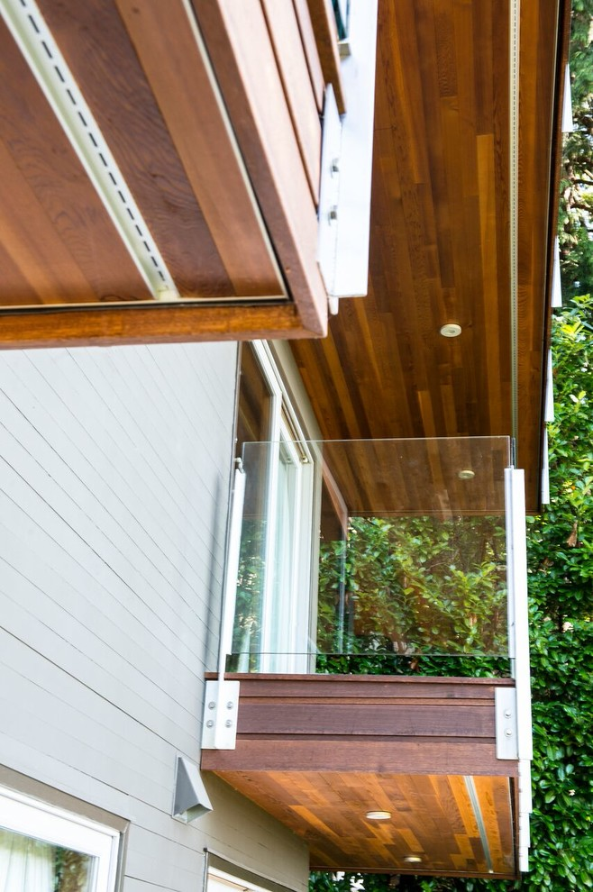 Mid-sized trendy balcony photo in Vancouver with a roof extension