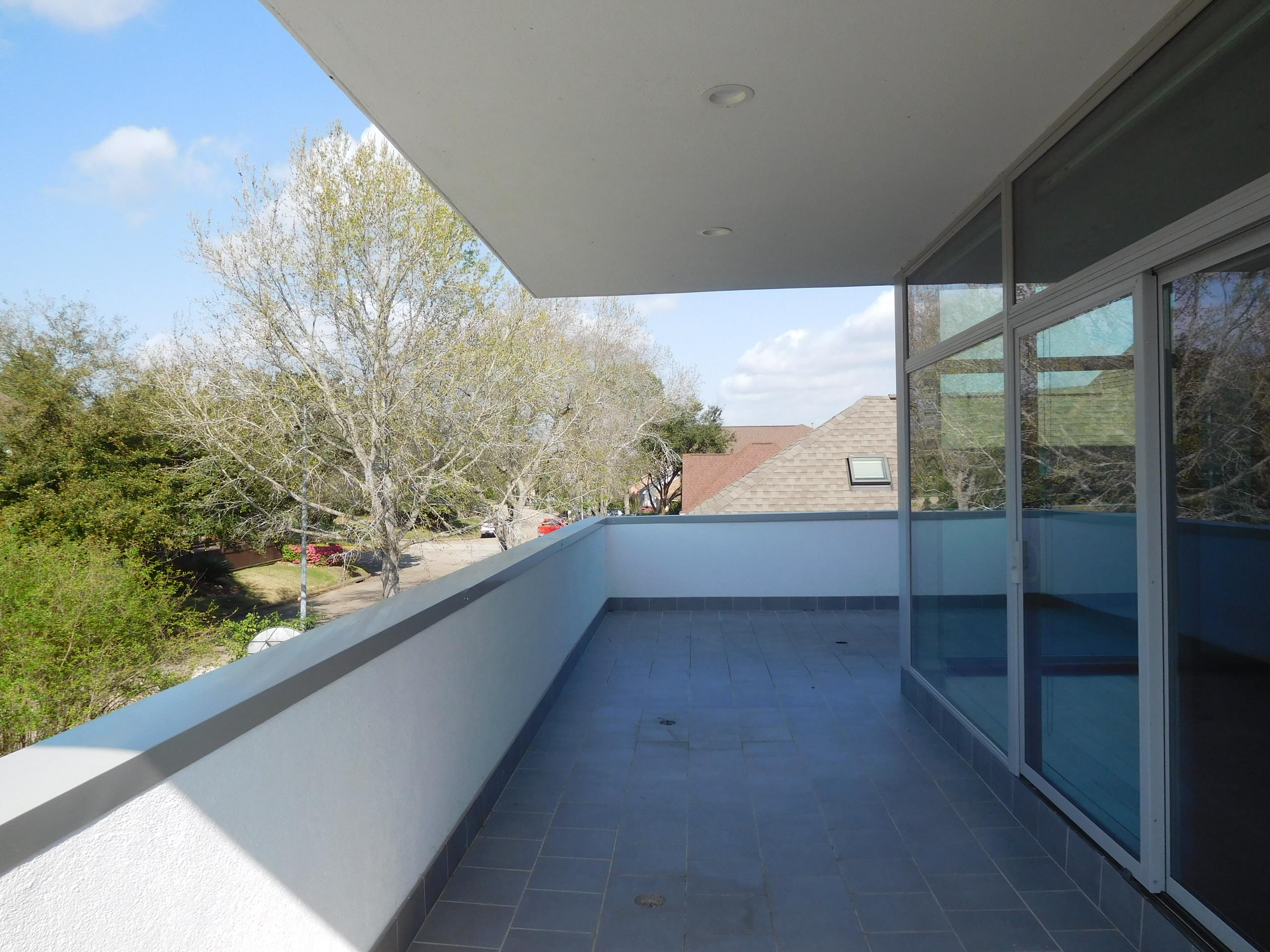 Terrace with cantilevered roof