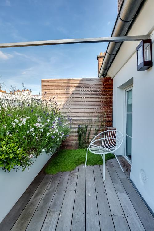Terrassendielen in das Design einbeziehen: Moose und Bodendecker sorgen für Garten-Feeling auf dem Balkon