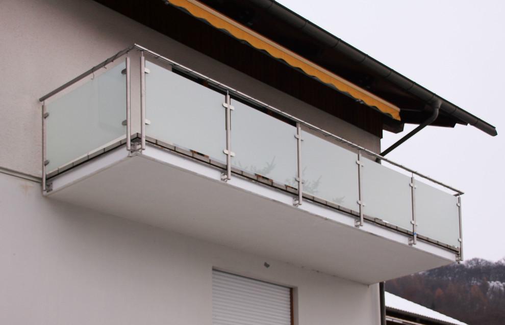 Foto di un balcone contemporaneo di medie dimensioni con parapetto in materiali misti