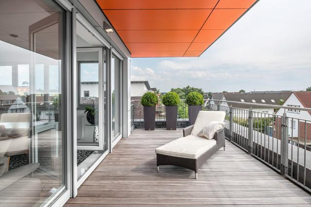 Mehrfamilienhaus w18 mit penthouse und orangefarbenen dach for Mehrfamilienhaus modern bauen