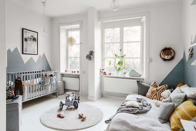 Foto på ett minimalistiskt barnrum