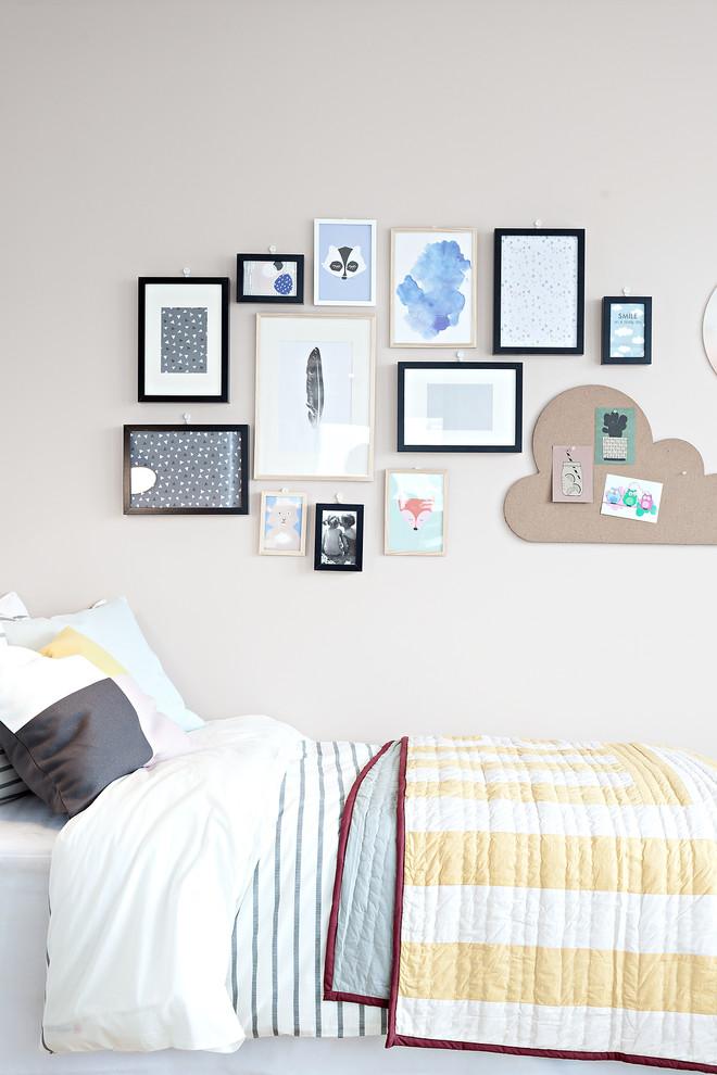 Immagine di una piccola cameretta neutra da 4 a 10 anni nordica con pareti bianche, parquet chiaro e pavimento marrone