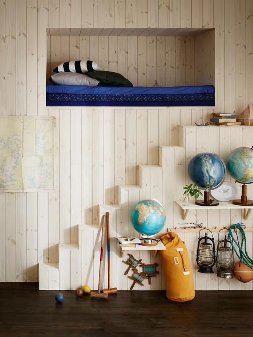 壁の中に埋め込まれた大きなニッチェのようなロフト。階段に好きなものをディスプレイしてお気に入りのコーナーに。