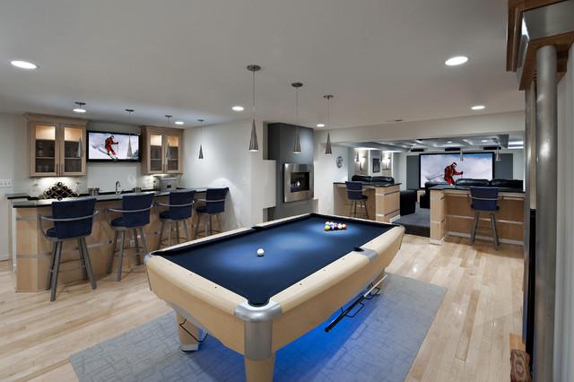 Idéer för att renovera en stor funkis källare, med ljust trägolv, vita väggar och beiget golv