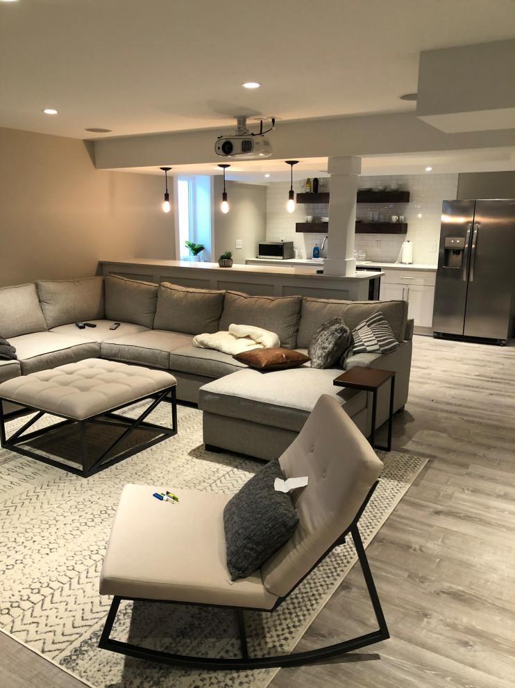 Réalisation d'un sous-sol minimaliste semi-enterré et de taille moyenne avec un mur gris, sol en stratifié et un sol gris.