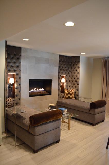 Modern inredning av en källare utan ingång, med beige väggar, en bred öppen spis, en spiselkrans i trä, ljust trägolv och beiget golv