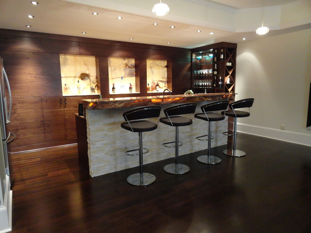 Modern walnut basement bar moderne sous sol atlanta par acworth cabinet inc - Stylish home bar ideas ...