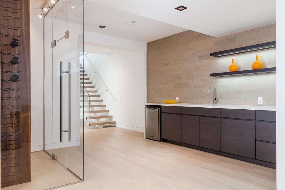 Diseño de sótano actual, grande, sin chimenea, con paredes marrones, suelo de madera clara y suelo marrón