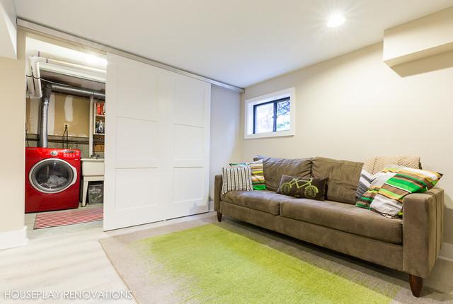 Inredning av en modern mellanstor källare utan fönster