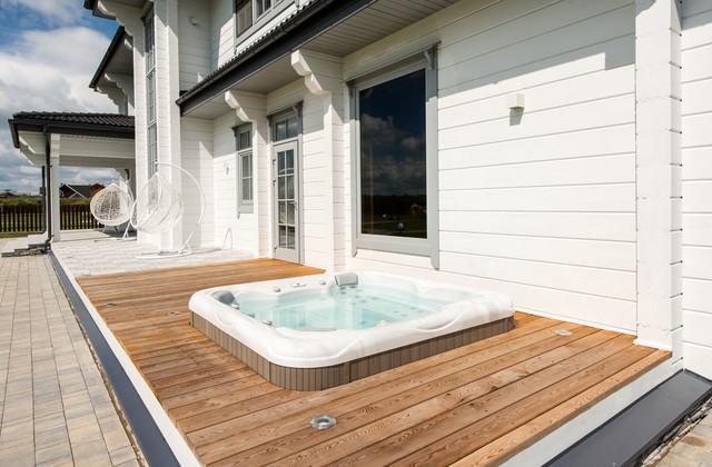 На фото: бассейны на боковом дворе в современном стиле с джакузи и настилом