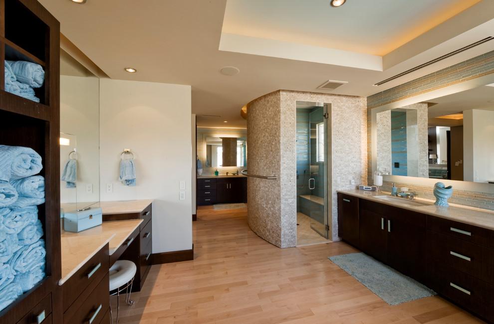 Diseño de cuarto de baño contemporáneo con armarios con paneles lisos, puertas de armario de madera en tonos medios, ducha empotrada, baldosas y/o azulejos beige y baldosas y/o azulejos en mosaico