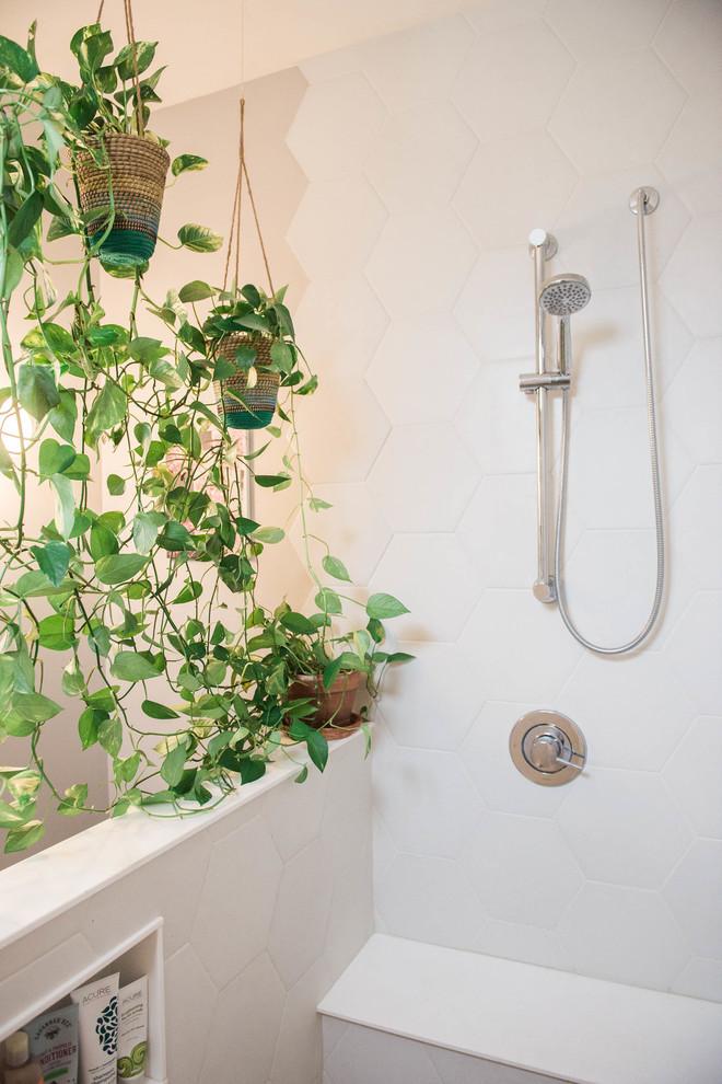 Imagen de cuarto de baño principal, bohemio, de tamaño medio, con ducha abierta, baldosas y/o azulejos blancos y baldosas y/o azulejos de cemento