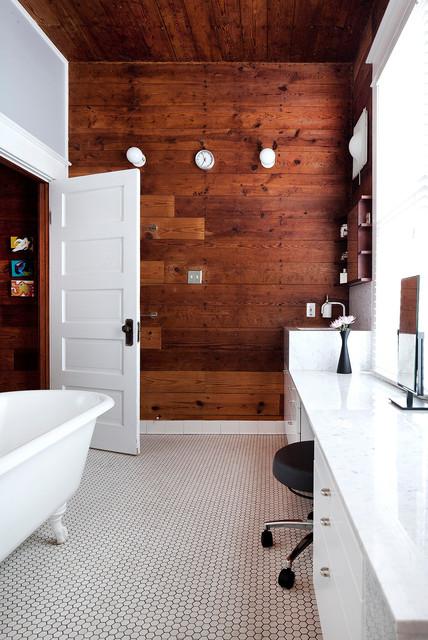 de bains sublimees par un mur en bois brut