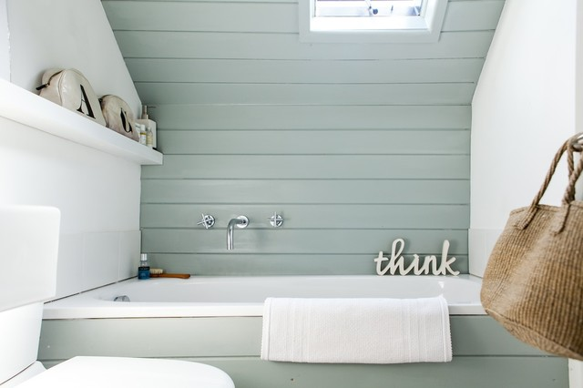 Example of a coastal alcove bathtub design in Kent with blue walls