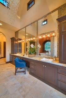 Badezimmer mit braunen Schränken und Onyx-Waschbecken ...