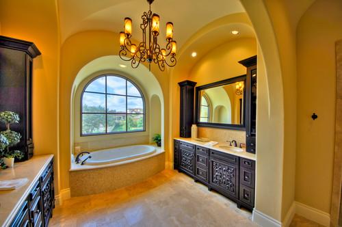 baño amarillo con bañera beige y muebles de madera