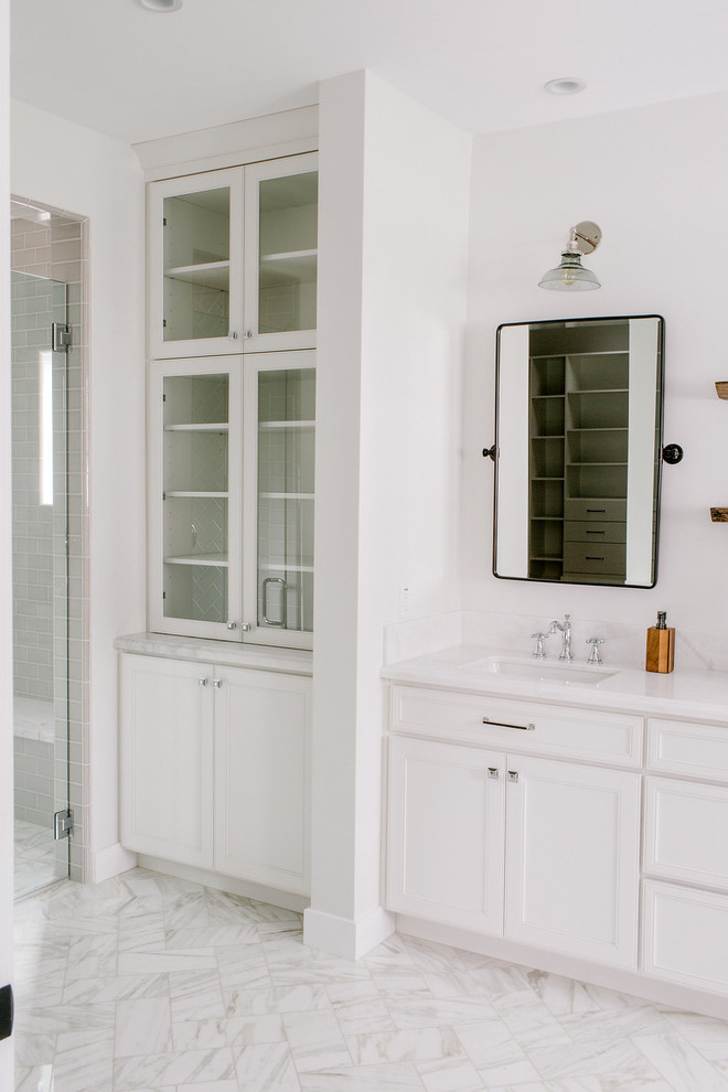 Example of a farmhouse bathroom design in Phoenix