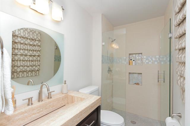 Idee per una stanza da bagno design con piastrelle in gres porcellanato e lavabo integrato