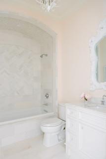 Salle de bain avec un carrelage rose et un mur bleu : Photos ...
