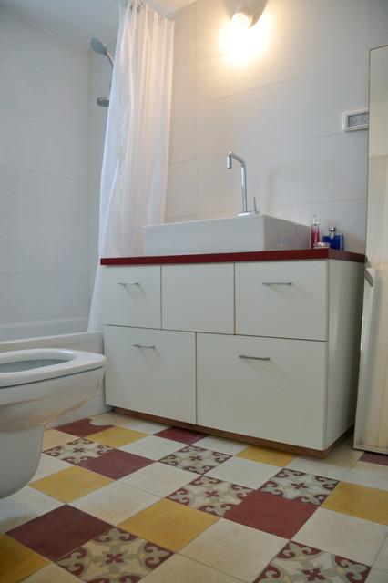 An apartment in Tel Aviv, Israel eclectic-bathroom