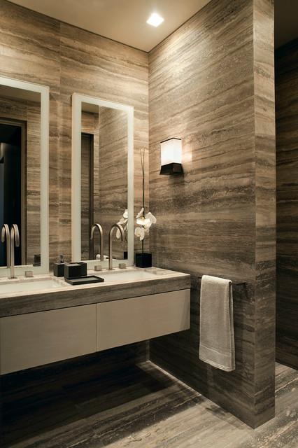 Immagine di una stanza da bagno contemporanea con ante lisce, ante bianche e lavabo sottopiano