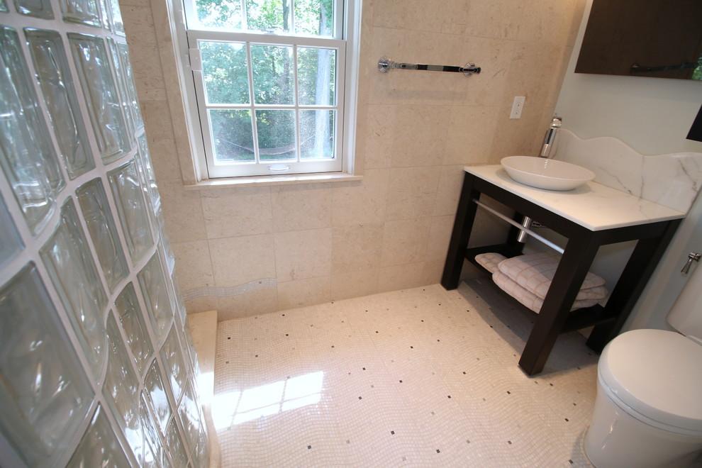 Esempio di una stanza da bagno chic di medie dimensioni con doccia aperta, piastrelle gialle, piastrelle di pietra calcarea, pareti blu, pavimento con piastrelle a mosaico, lavabo a bacinella, top in marmo e pavimento bianco