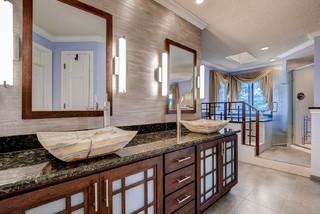 Badezimmer mit japanischer Badewanne und Keramikfliesen ...