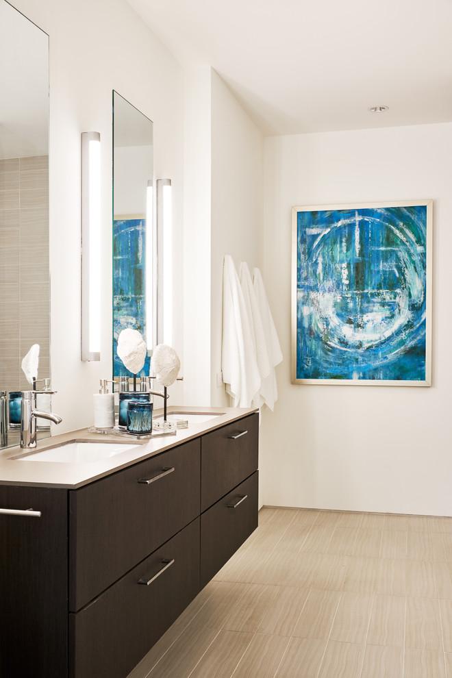 Diseño de cuarto de baño principal, ecléctico, con puertas de armario de madera en tonos medios, paredes blancas y lavabo suspendido