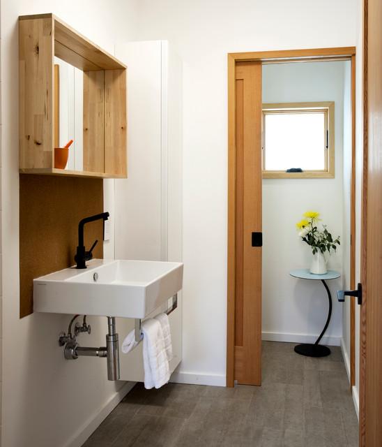 Imagen de cuarto de baño contemporáneo con lavabo suspendido y paredes blancas